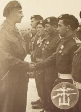 General Wladyslaw Anders decorated Polish Commandos, 1944